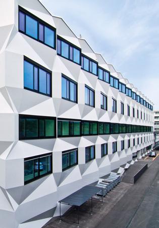 Formenspiel – aber sicher dreidimensionale und hinterlüftete Fassadenflächen von StoVentec