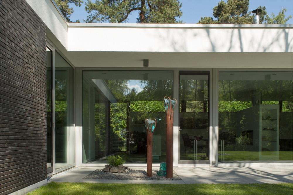 Viel Fenster, wenig Rahmen Bungalow in klassischer Moderne von FritzGlock