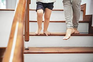 Gefahrenquelle Treppe: Anti-Rutsch-Beschichtung für Stufen aus Holz von horrydoo